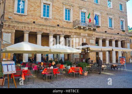 Terrasses de cafés, de la Piazza della Repubblica, Urbino, Marches, Italie Banque D'Images