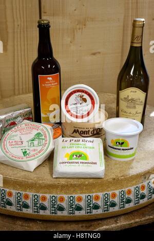 Produits régionaux: le vin, le beurre, la crème, la cancoillotte ,, fromage au lait cru Le P'tit René et Comté wheele , Grotte de l'affinage, le fromage Banque D'Images