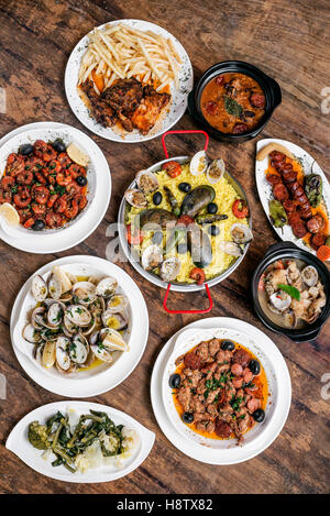 Technique mixte rustique traditionnelle portugaise tapas sélection gastronomique sur table en bois