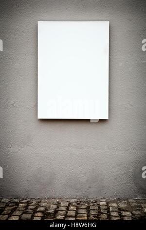 Tableau blanc vertical blanc sur mur gris Grunge Banque D'Images