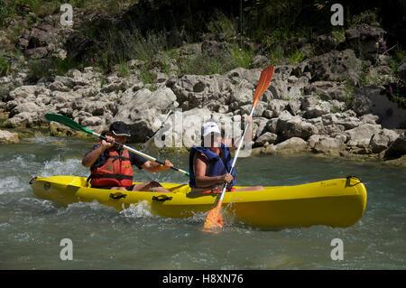 Le tourisme, les sports nautiques, les touristes. A smiling couple canoë sur le courant rapide des eaux agitées Banque D'Images