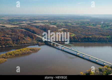 Vue aérienne de la rivière du Mississippi et de l'autoroute 12 entre le pont de Dubuque, Iowa et Wisconsin. Banque D'Images