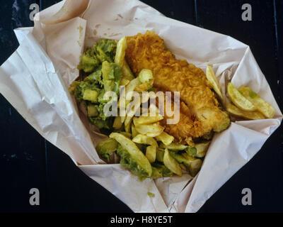 Poisson et frites à emporter avec petits pois enveloppés dans du papier blanc Banque D'Images