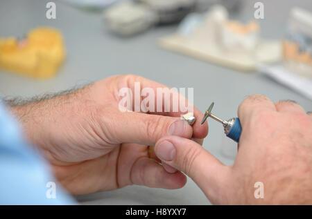 Technicien dentaire travaillant en laboratoire dentaire Banque D'Images