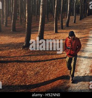 Man Walking Alone Camping Concept Wanderlust Banque D'Images