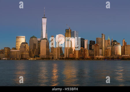 Perigee pleine lune sur les gratte-ciel de Manhattan-New York inférieur. Banque D'Images