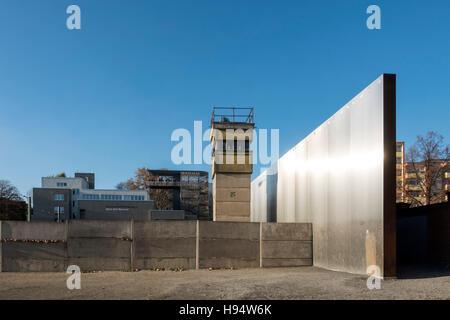 Mémorial du mur de Berlin et l'ancien centre d'exposition sur la mort de Bernauer Strasse à Berlin, Allemagne Banque D'Images
