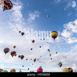 L'Ascension de Masse de montgolfières à Albuquerque International Balloon Fiesta, Albuquerque, Nouveau Mexique Banque D'Images