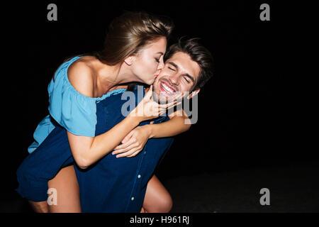 Heureux couple et s'amuser sur la plage le soir Banque D'Images