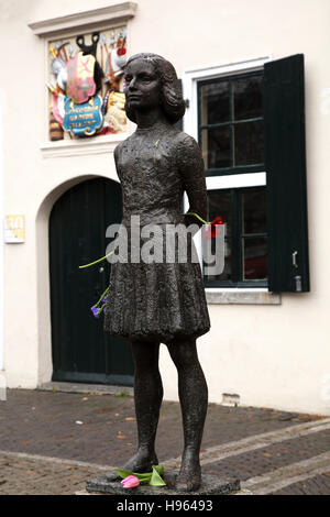 Statue d'Anne Frank (1929 - 1945) à Utrecht, aux Pays-Bas. Banque D'Images