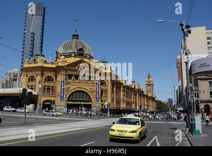 Vue sur la ville de Melbourne, Eureka Tower Building, bâtiment résidentiel, à l'avant la gare victorienne historique Banque D'Images