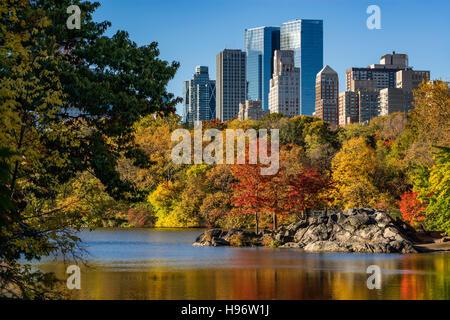 Automne dans Central Park, au bord du lac. Lever du soleil sur la ville colorée avec feuillage de l'automne sur Banque D'Images