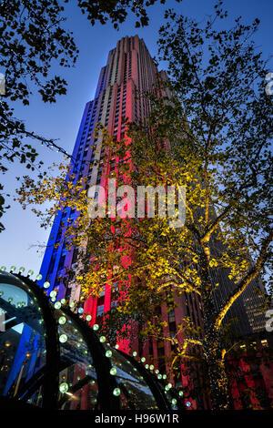 Le Centre Rockefeller illuminée en rouge, blanc et bleu au crépuscule. Manhattan, New York City Banque D'Images