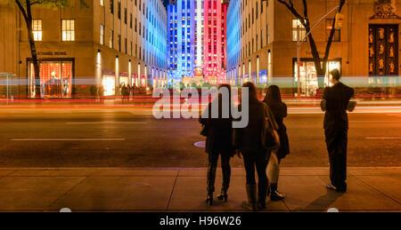 Le Centre Rockefeller au crépuscule illuminée en rouge,blanc et bleu à partir de la 5e Avenue. Manhattan, New York Banque D'Images