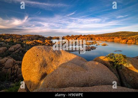 Coucher du soleil chaud lumière sur Watson Lake à Prescott, Arizona
