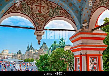 La place Rouge depuis le porche de la cathédrale Saint-Basile. Sur le fond c'est vu le monument de minine et Pojarski Banque D'Images
