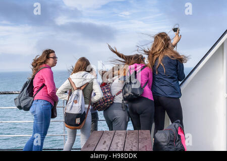 Un groupe de jeunes femmes est prise d'une photo sur selfies un jour de vent sur un bateau. Cliché pris sur un P&O Banque D'Images