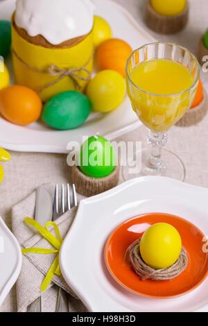 Joyeuses Pâques! Table de Pâques pour la servir, dans le jaune. Banque D'Images
