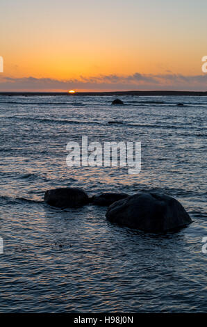 Rocky seascape. Composition de la nature au coucher du soleil sur la plage de rochers. Banque D'Images