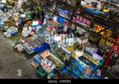 Séoul - le 23 octobre 2016: Vue aérienne de shoppers à Noryangjin Le marché de gros de la pêche 24 heures marché Banque D'Images