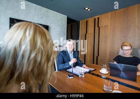 Les gens d'affaires ayant une réunion dans la salle de conférence Banque D'Images