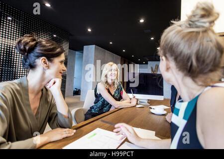 Groupe d'avoir une réunion d'affaires Banque D'Images
