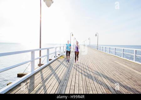 Deux femmes du jogging le long de la jetée Banque D'Images