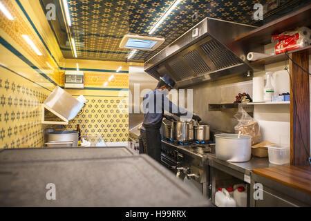 Man with hat dans la cuisine cuisine commerciale de camion alimentaire Banque D'Images