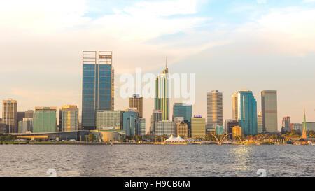 La fin de l'après-midi dans la ville de Perth, la capitale de l'ouest de l'Australie. La Swan River peut être vu Banque D'Images
