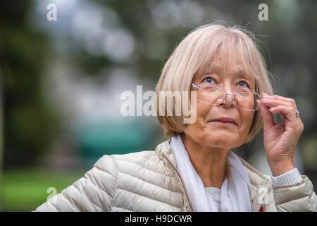Femme japonaise âgés alors que jusqu'à lunettes ajuste