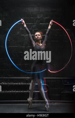 Ballet danseur charismatique avec un ruban de gymnastique Banque D'Images