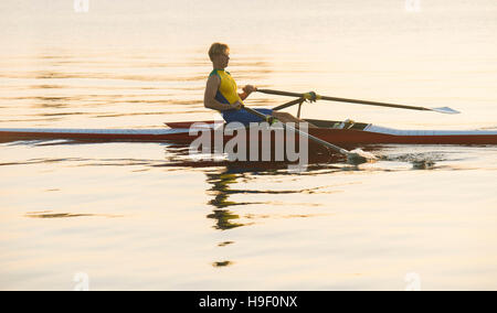 Man de l'aviron sur le lac de Banque D'Images