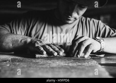 Un fabricant de cigares roule un cigare à Viñales, Cuba Banque D'Images