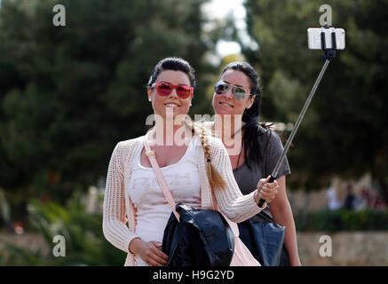Deux filles prennent un dans la rue. selfies Banque D'Images