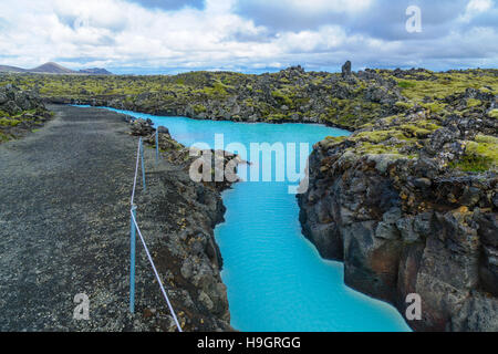 Paysage volcanique et piscines d'eau chaude près du lagon bleu, dans un champ de lave en Grindavik sur la péninsule Banque D'Images