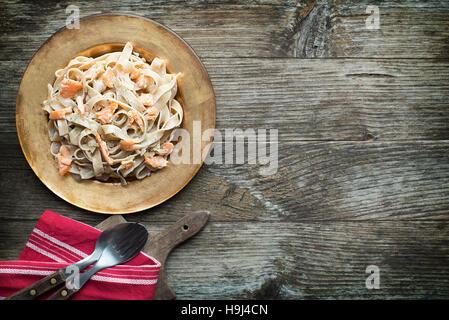 Pâtes fraîches au saumon fumé à la sauce Banque D'Images