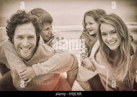 Usurpation de l'heureux couple kids at beach Banque D'Images