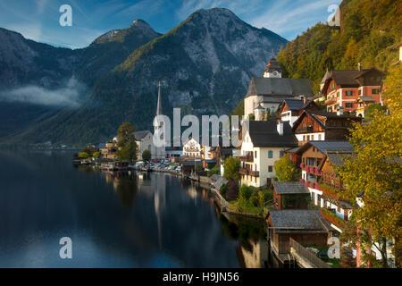 Première lumière de l'aube dans la ville de Hallstatt et Hallstattersee, Saltzkammergut, Autriche Banque D'Images
