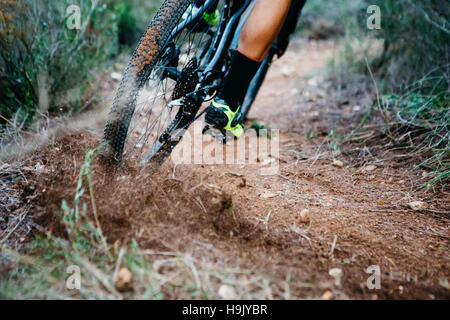 Close-up of mountainbiker déraper dans un virage Banque D'Images