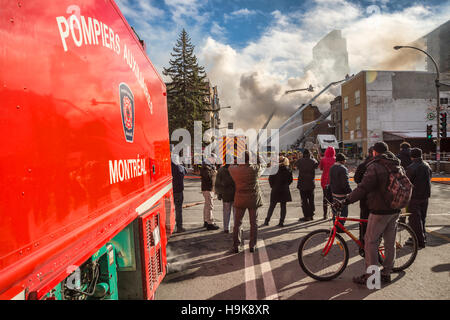 Montréal, CA - 23 Nov 2016 Montréal: Les pompiers travaillent sur 'Cafe Amusement 68' bâtiment en feu, 3464 avenue Banque D'Images
