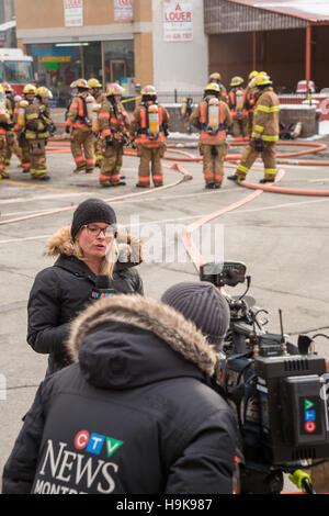 Montréal, CA - 23 Nov 2016: CTV News Reporter Annie Demelt sur les lieux pour vous de 'Cafe Amusement 68', 3464 Banque D'Images