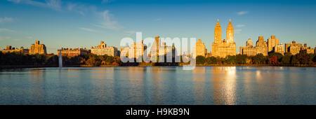 Lever du soleil sur l'Upper West Side, avec vue de Jacqueline Kennedy Onassis Reservoir et Central Park en automne. Banque D'Images