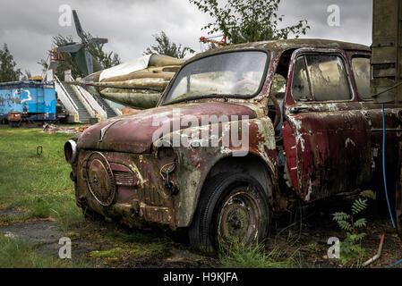Old rusty est écrasé et voiture abandonnée Banque D'Images