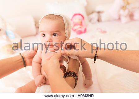 7d478381abf2f Mère avec bébé dans une robe de baptême en sépia d une photographie ...