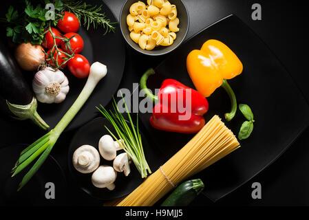Pâtes aux légumes ingrédients sur le tableau noir