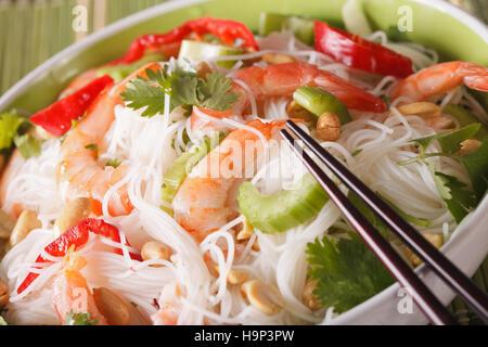 Salade thaï avec des nouilles de verre, les crevettes et légumes macro dans un bol. L'horizontale Banque D'Images