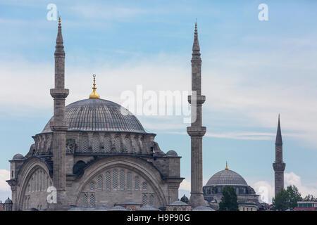 La mosquée Nuruosmaniye et silhouette d'Istanbul. Banque D'Images