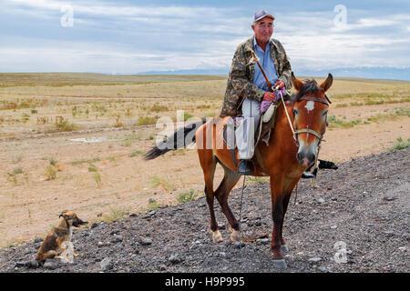 Homme kazakh sur son cheval dans les steppes du Kazakhstan. Banque D'Images