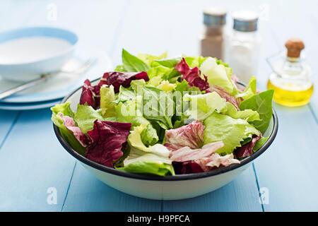 Salade verte fraîche dans un bol, Close up Banque D'Images