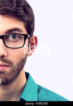 Jeune homme avec barbe portant des lunettes Banque D'Images